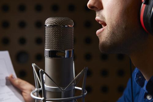 homme-parlant-dans-micro